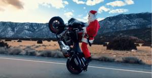 VIDEO: Ο Άγιος Βασίλης βαρέθηκε τους ταράνδους και τα δώρα…